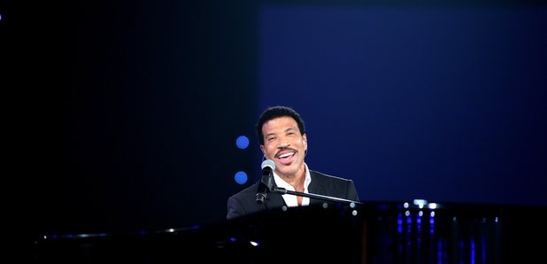 lionel richie plays piano